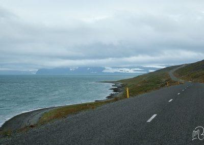 Carnet de voyage : Reportage photo en Iceland sur une route entre montagne et océan. Photographe freelance en Gironde, Bordeaux.