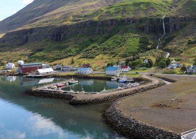Carnet de voyage : Reportage photo en Iceland dans un ferry avec vue sur le port et les montagnes. Photographe freelance en Gironde, Bordeaux.